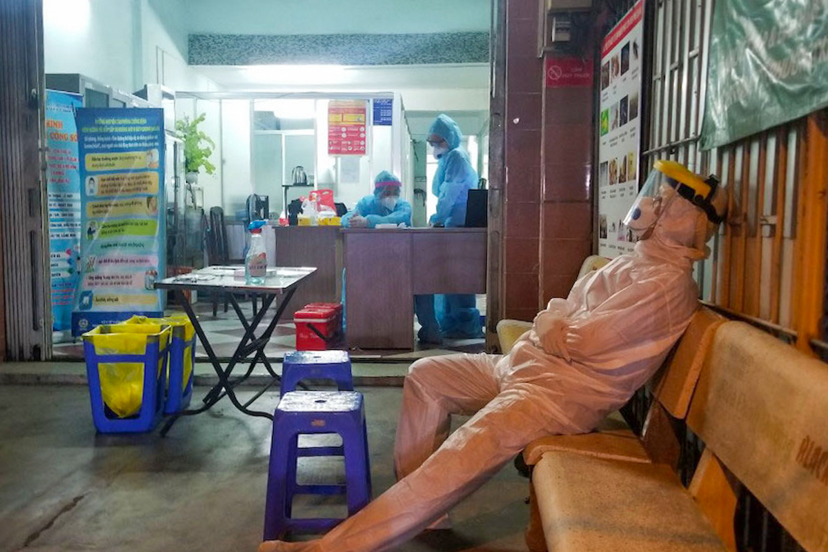 All staff have to wear full body protection suits, no matter what the weather.As of Wednesday morning, the city has recorded 33 local cases, 32 linked to Tan Son Nhat and the other linked to the outbreak in the northern Hai Duong Province. The city had tracked, tested and quarantined 2,276 people who had direct or indirect contact with the patients. Of these 1,363 have tested negative and the rest are awaiting results.