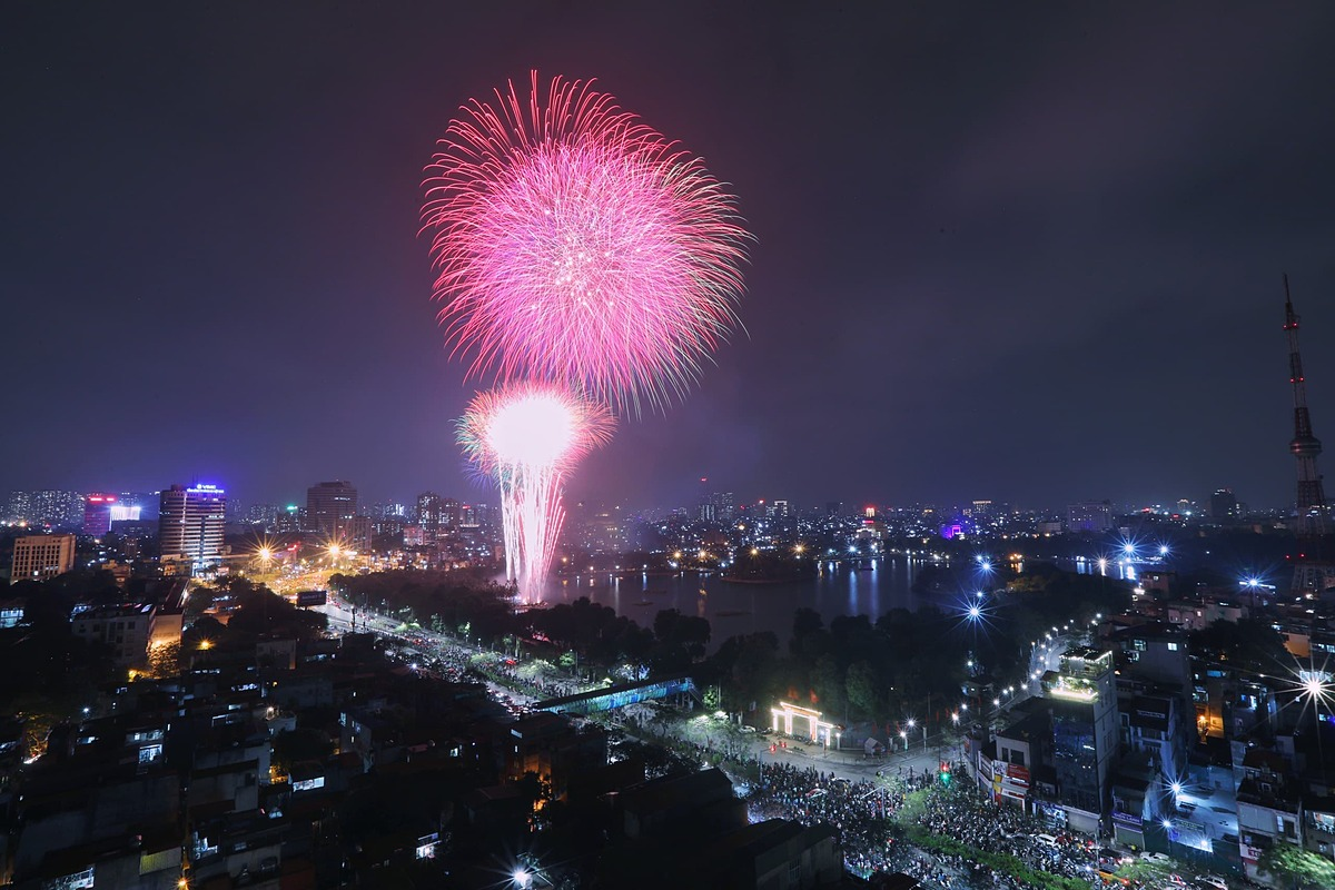 Fireworks lit up the sky above Hanoi as the clock struck midnight on Lunar New Years Eve. The colorful displays spread cheer and warmth despite muted celebrations on account of the latest Covid-19 outbreaks that has reached 13 localities.Hanoi cut its fireworks shows from the planned 30 to one, and audiences were banned, while many other cities including HCMC cancelled their fireworks shows to prevent crowd gathering and save money for Covid-19 fight.Photo by Ngoc Thanh.