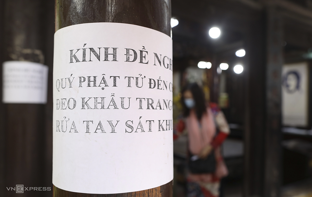 At Phuc Khanh Pagoda in Dong Da District, notices reminding people to sanitize their hands and wear face masks were glued to all the pillars. The pagoda also switched all their meditation sessions and courses online.