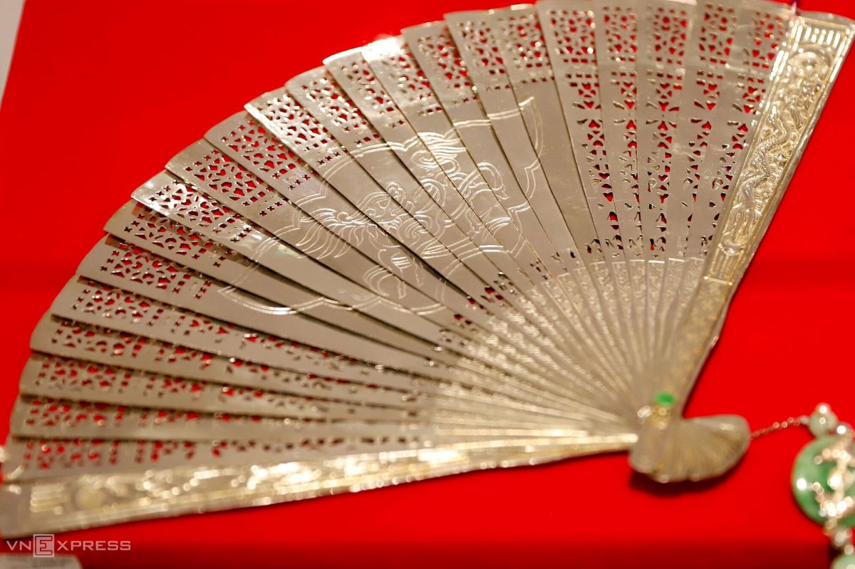 The 'royal folding fan' won the bronze prize in the Handicraft as a Souvenir category for Hue Tourism in 2008.