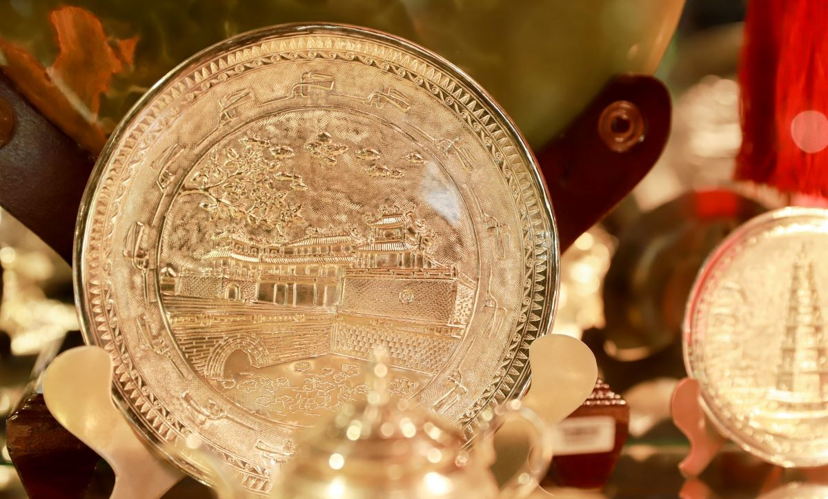 He also creates images of Hue's historical sites and natural wonders on silverware such as the Meridian Gate and Thien Mu Pagoda. After the exhibition, he has expanded his business to respond to customers' needs.
