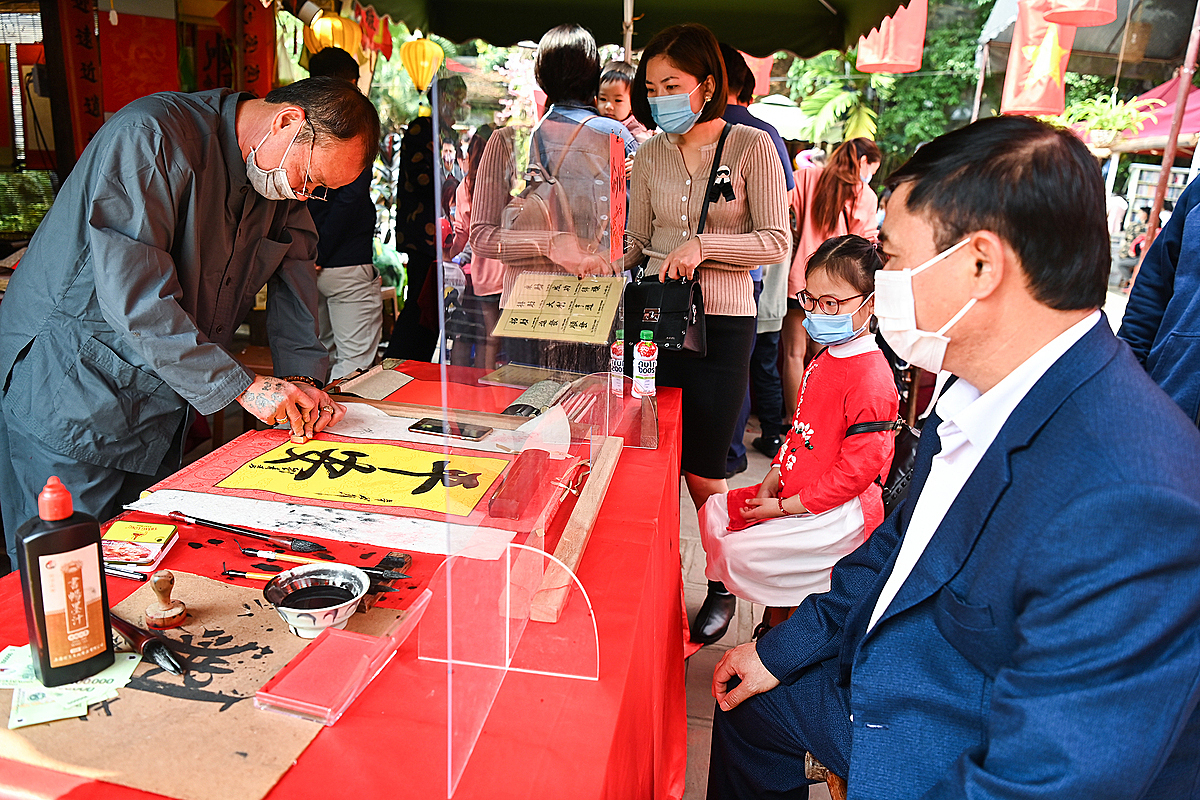 Calligraphy works, mostly Chinese letters symbolizing what people wish in their lives, like good health, happiness and wealth, are much sought after during the Tet season.