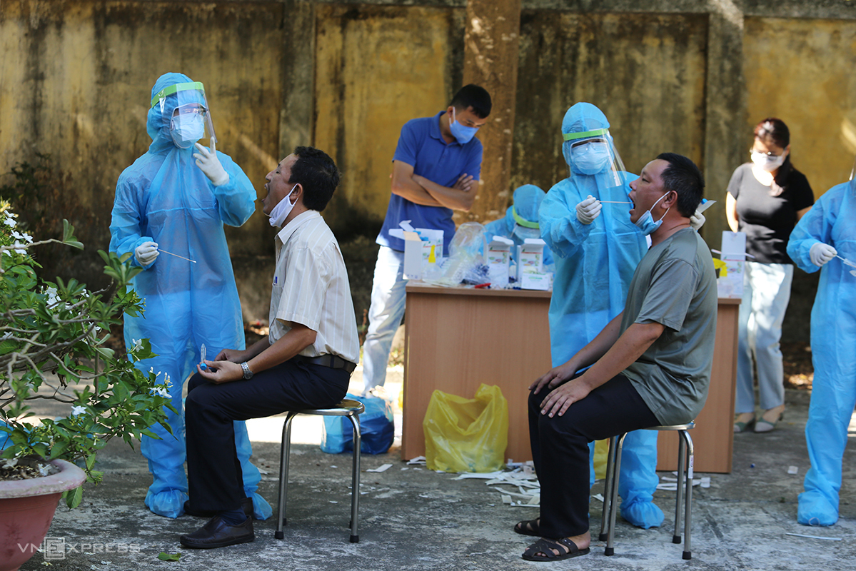 Medics take swab samples of residents in central Quang Nam Province, August 2020. Photo by VnExpress/Dac Thanh.