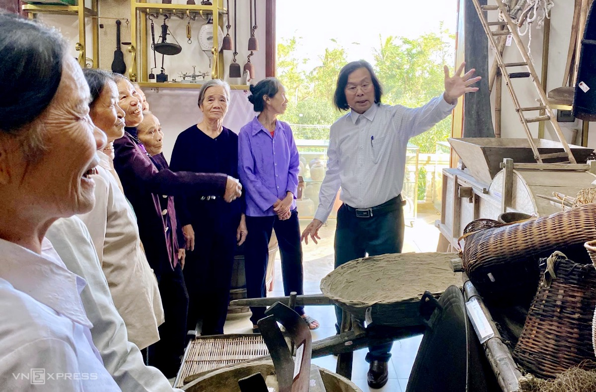 About two groups of visitors visit the museum every day.