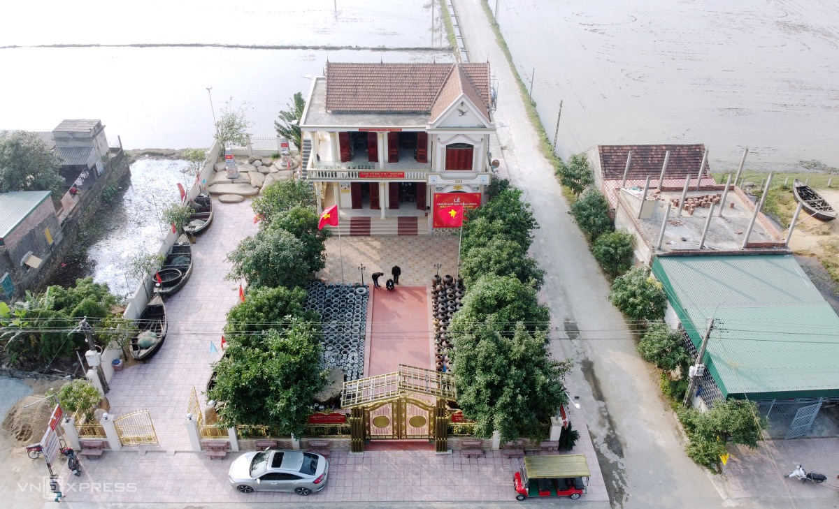 Hoa Cuong Museum, located on a 1,500-square-meter plot in Binh An Commune, Ha Tinh's Loc Ha District, was built in 2018 and opened in November 2020.   With thousands of artifacts and documents divided into 13 themes, the museum cost its owner tens of billions of VND.