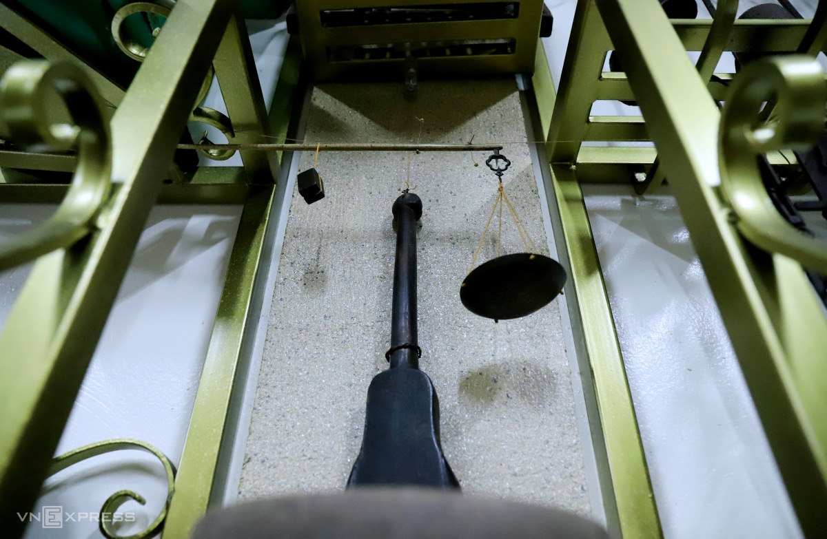 Many measuring tools come under the display. In the photo, a balance made of ivory from centuries ago.