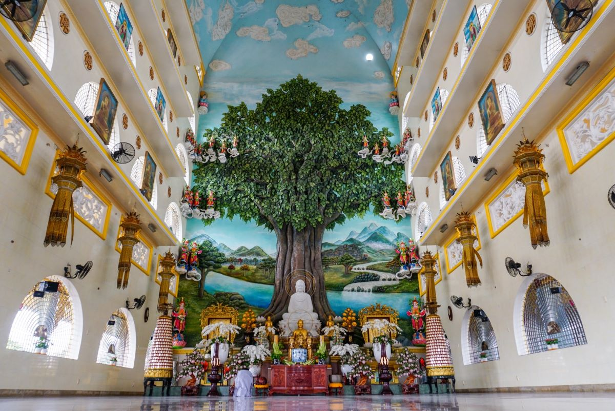 Inside the spacious hall is the biggest Bodhi Tree relief sculpture in Vietnam depicting the River Niranjana with the Buddha at the center meditating under the 'tree of awakening.'