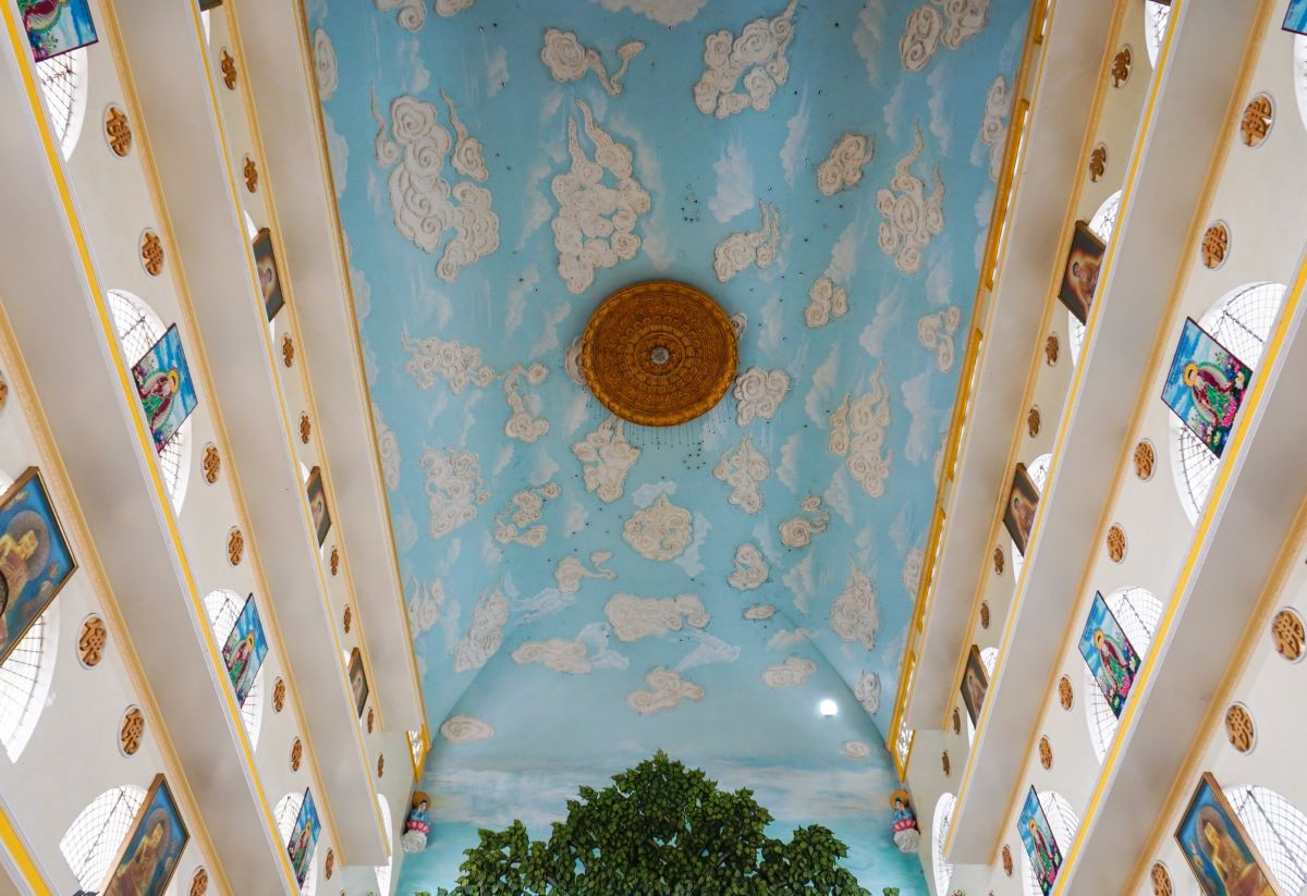 The arch-shaped, 40-meter-high ceiling with white clouds in bas relief in a blue sky completes the three dimensions.