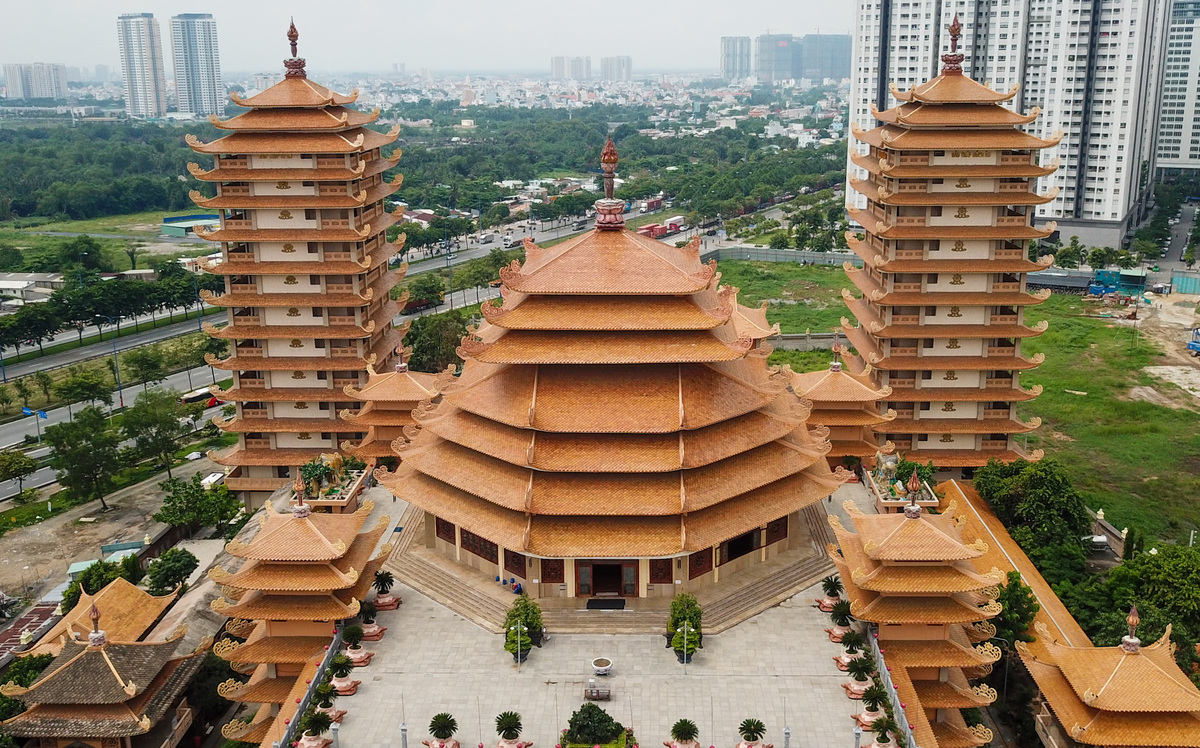 The pagoda consists of four 40-meter towers with symmetrical design to commemorate Buddhist monks and the sect's founders. Some of the floors serve as reading rooms or store Buddhist scriptures.