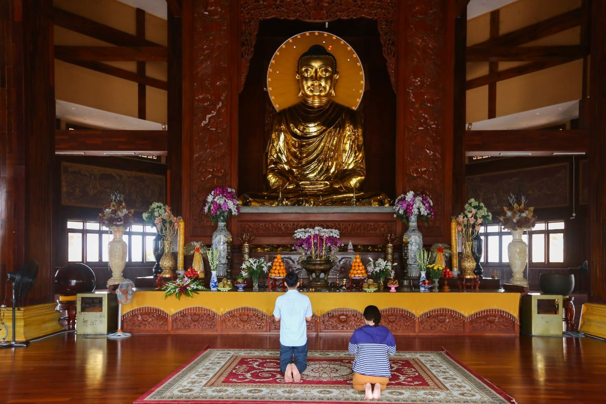 The central hall has a wooden interior with relief sculptures.  A Sakyamuni Buddha statue soaring 7.2 meters and weighing 7.2 tons is enshrined in a 13-meter wooden tower in the middle of the sanctum.