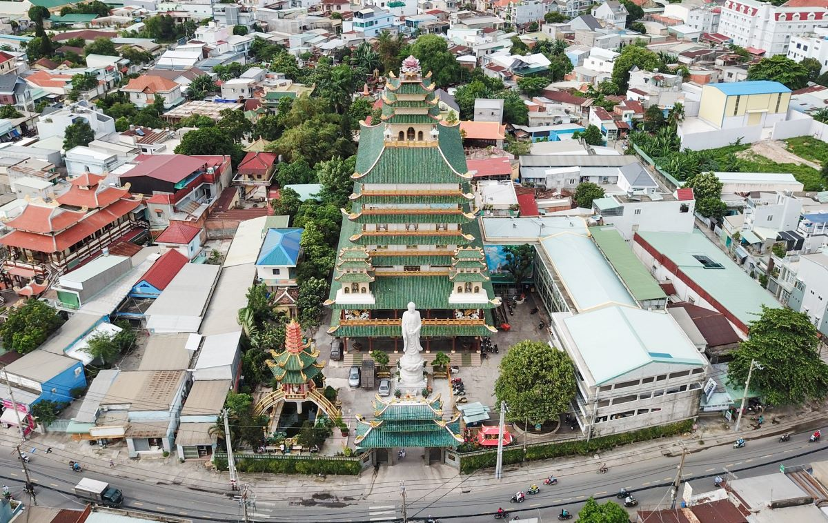 Van Duc Pagoda at 502 To Ngoc Van Street, Tam Phu Ward, Thu Duc City, was built in 1954. In 2004 its main and ancestral halls underwent major reconstruction.  After two years of renovation, the 43.5-meter main hall is recognized as the tallest by the Vientam Record Book.