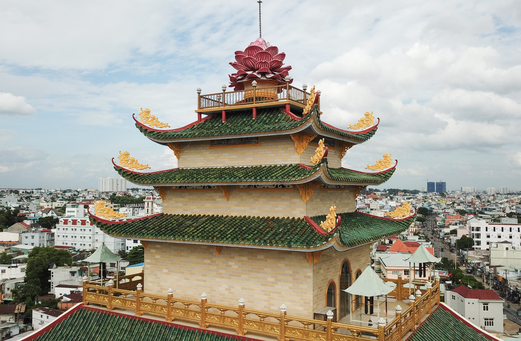 The tower has a nine-story structure with a lotus flower on top. Its upward curve with gold-colored decorations harmonizes perfectly with it green-glazed roof tiles.