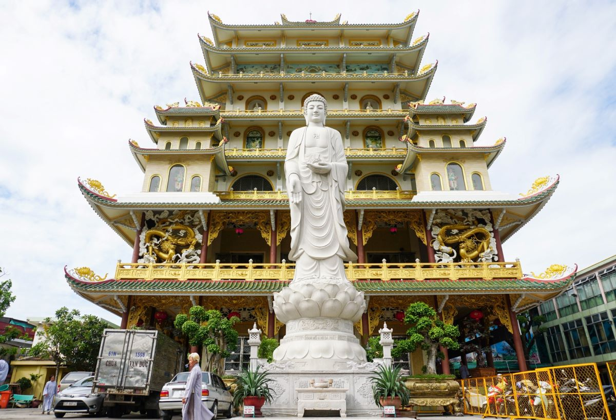 In the front are a Buddha statue on a lotus pedestal and dragons embellishing the façade...