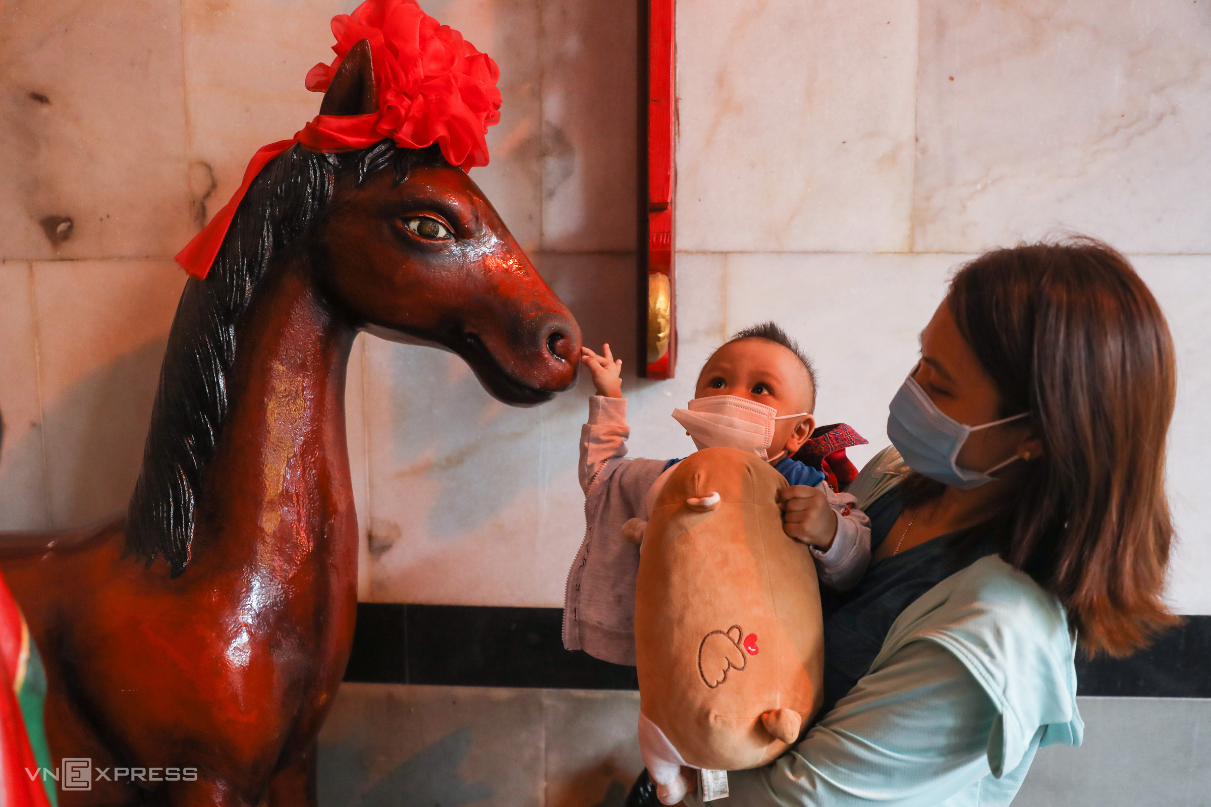 Some visitors prefer to touch the auspicious horse and Quan Cong statue in the main hall as a nice gesture at the start of the year. My family and I visit Ong Pagoda each year to pray for good fortune and health for the family, Luu My Linh from District 10 said while directing her son towards Red Hare.