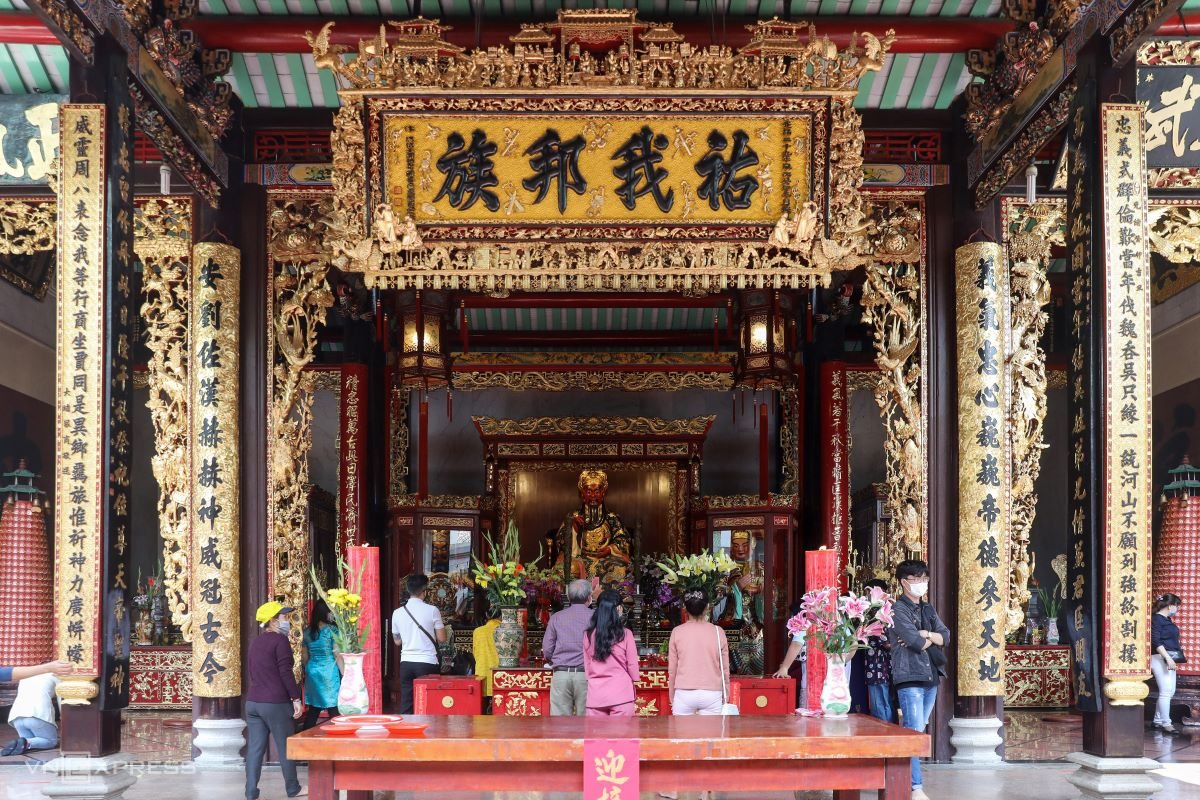 Quan Cong is enshrined in the central hall surrounded by decorations and golden colored parallel sentences in sophisticated design. The pagoda was a former meeting hall of Trieu Chau (Chaozhou) and He (Hakka) migrants from southern China. Similar to other religious structures of the Chinese, the pagoda bears an overall square design with a front yard, an incense house, a main hall and assembly halls on the wings of altars and sky-wells.