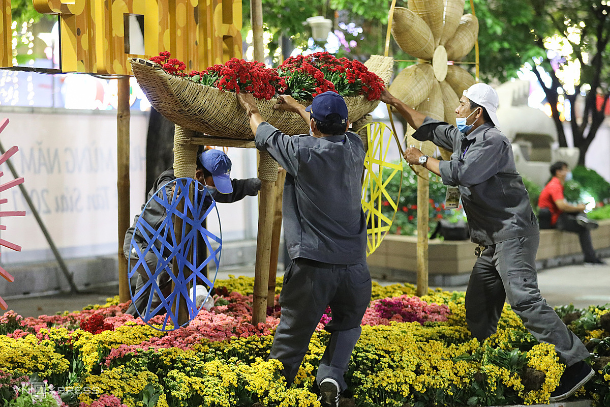 Most of the flowers and plants are thrown away, with only a few sent to tourist areas. This year, the flower street boasts more than 100,000 flower pots, mainly imported from Dong Thap in southern Vietnam and Lam Dong in the Central Highlands, home to flower paradise Da Lat.