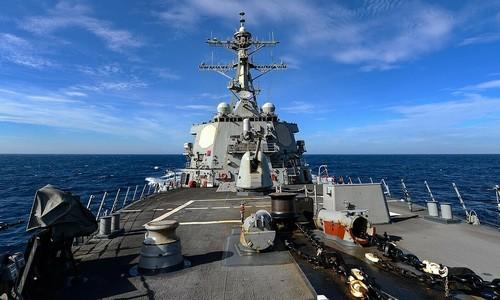 US ship sails by Spratly Islands