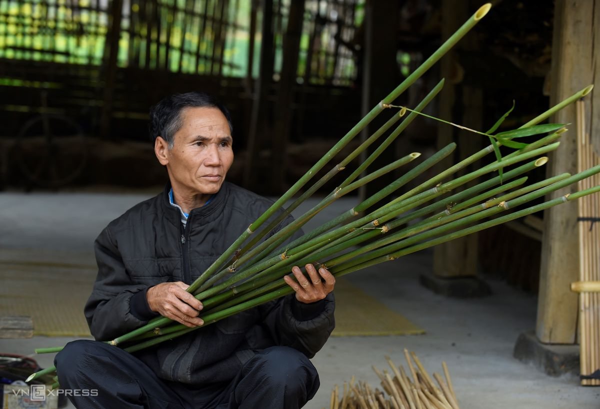 However, manh pao bamboo is not easy to find partly because of its confusing appearance. It looks like a plant called nua but has more slender and longer pipes. Furthermore, manh pao grows at high altitude along the Vietnam-Laos border or hides deep in forests, making this instrument all the more precious.  On a one day trip, he often manages to find a couple of bundles of bamboo, enough for him to process in a few months. He and his wife usually bring along rice balls to fill their empty stomachs at noon.