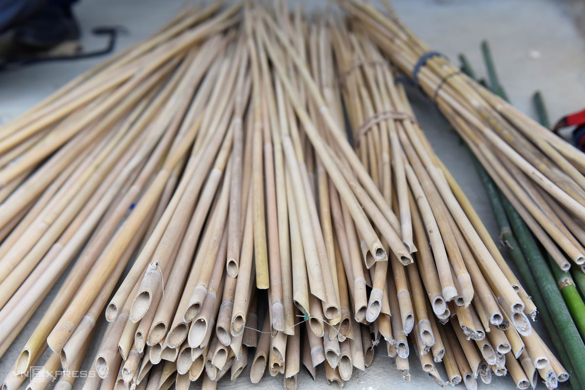 Tinh ties them in a bundle and leaves them in the corner of the house or in the kitchen to dry up. The pipes should be of old age, straight, have absolutely no damage, otherwise they would not produce a good sound, he explained.