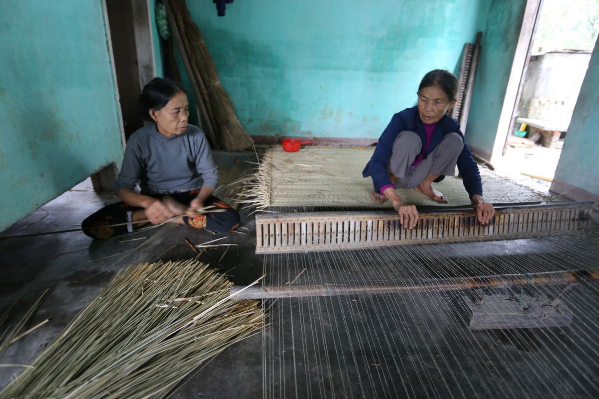 In the area near the communal house – tunnel complex, visitors can also find a sedge weaving craft village. The traditional handicraft helps farmers earn an extra income in their spare time since sedge mats are a popular household item in Vietnam. Thach Tan communal house and Ky Anh guerilla warfare tunnel are seven kilometers from Ky Anh. The tunnel attracts 20,000 tourists on average every year. The number fell to 8,000 in 2020 due to the Covid-19 pandemic. Entrance is free.