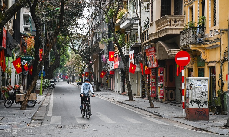 Nha Chung Street in downtown Hoan Kiem District is devoid of people on the first day of the Lunar New Year, February 12, 2021. Photo by VnExpress/Giang Huy.