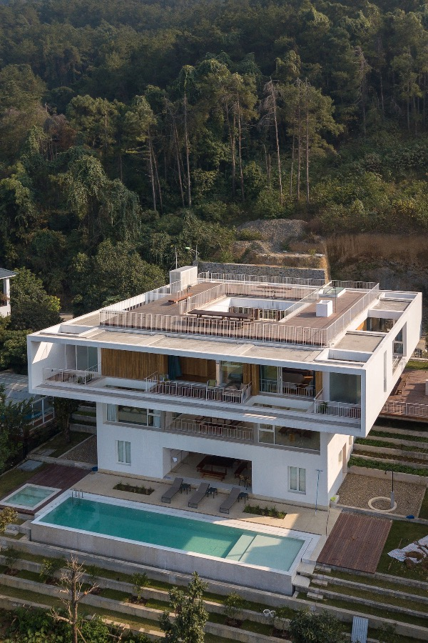 The 484-square-meter villa has three floors that look like two boxes placed on top of one another. The second floor is 22m x 22m x 3.3m while the two lower floors (including the basement) make up the smaller box at 16m x 16m x 3.3m.The rear overlooks the golf course valley is also a place from where occupants can watch the sun set.