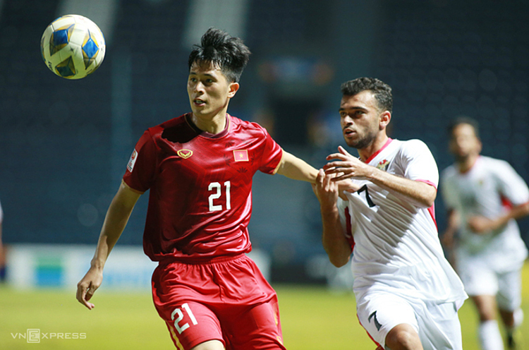 Tran Dinh Trong (in red) controls the ball during the AFC U23 Championship game between Vietnam and UAE on January 23, 2020. Photo by VnExpress/Lam Thoa.