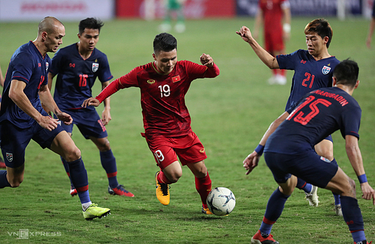 Nguyen Quang Hai dribbles past Thai players during the SEA Games match between Vietnam and Thailand on November 19, 2019. Photo by VnExpress/Duc Dong.