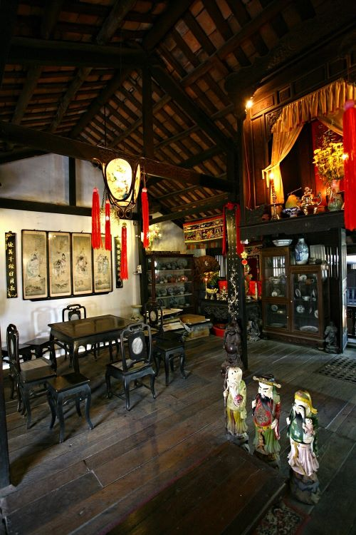 The front room on the second floor is an altar room dedicated to the owner's ancestors and Thien Hau Thanh Mau, a Chinese deity. It is also a gathering space for the family. The roof, floor structure and the frame on this floor are done in traditional Vietnamese style.
