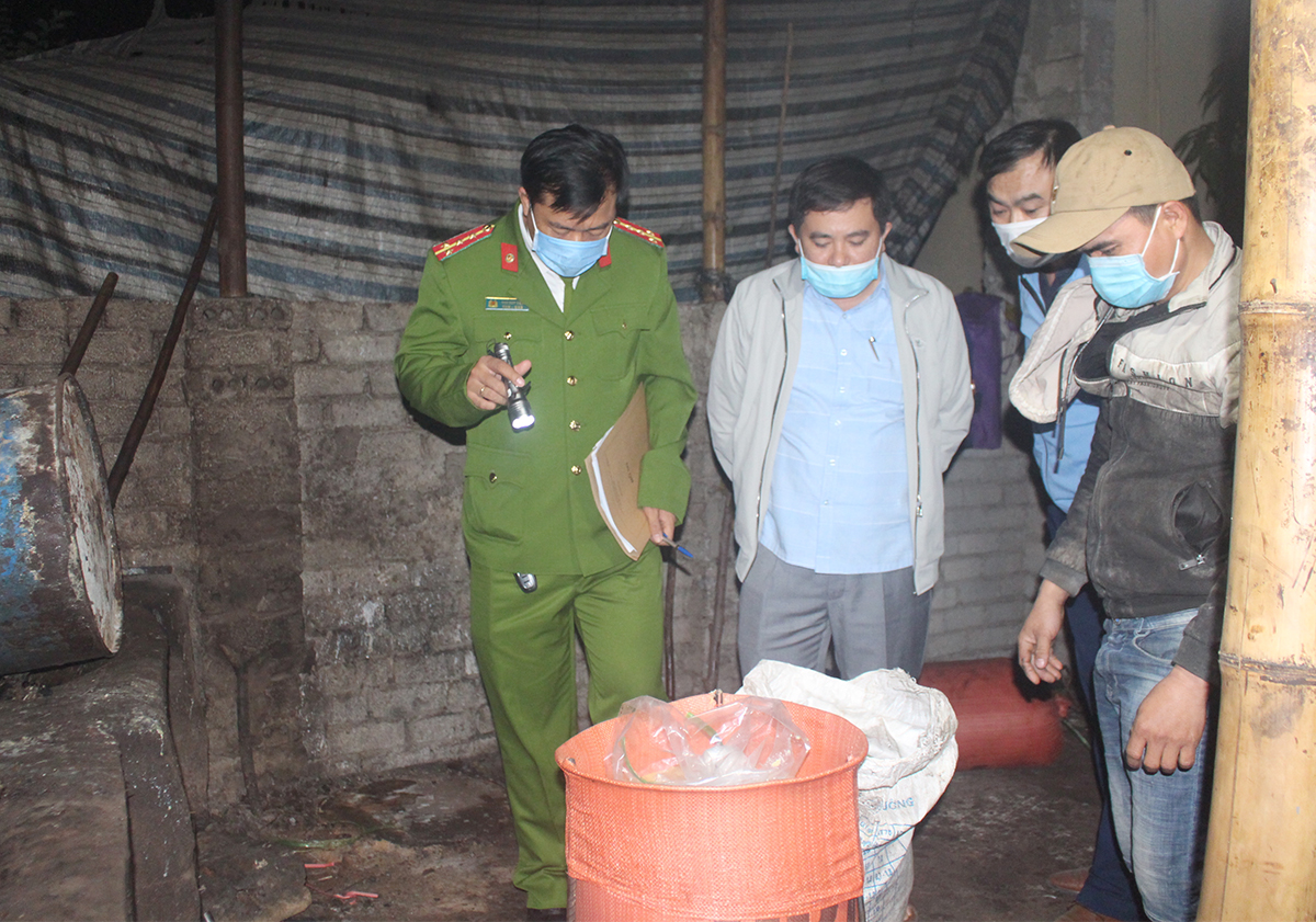 Nghe An police check the facility that processed the stale lard. Photo by VnExpress/Le Viet.