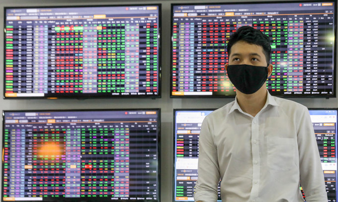 VN-Index inches up in week's first session