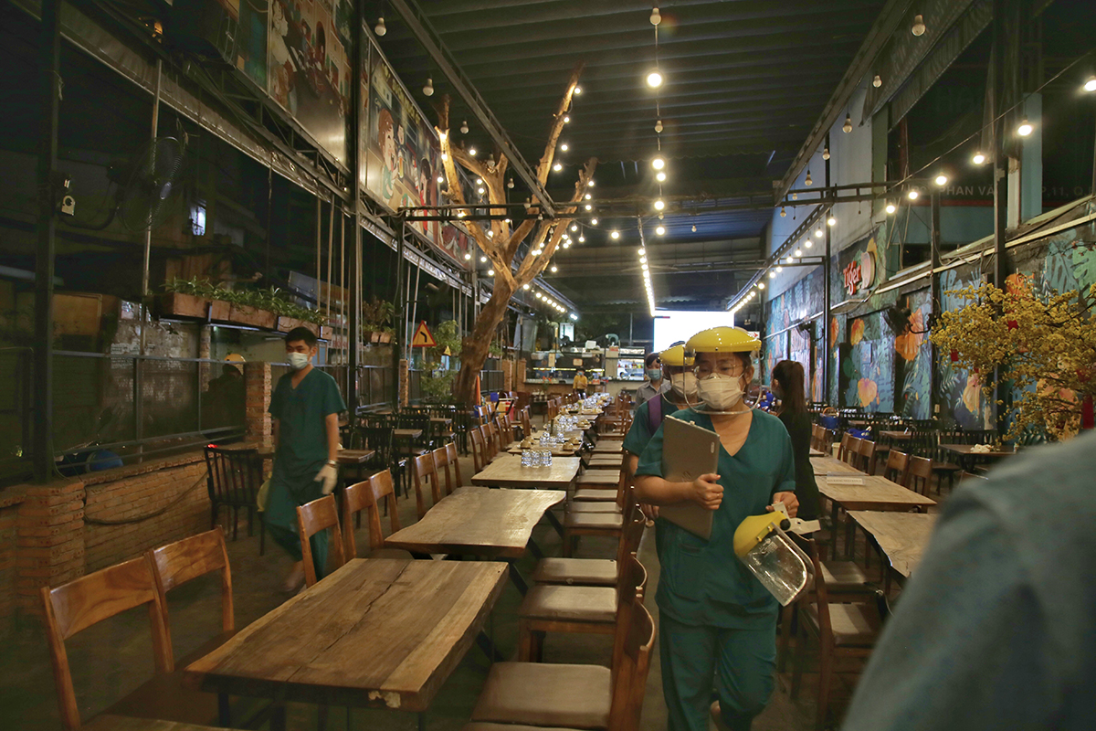 Medic arrive at a restaurant on Phan Van Tri Street of HCMCs Binh Thanh District to collect random samples for Covid-19 test, February 22, 2021. Photo by VnExpress/Dinh Van