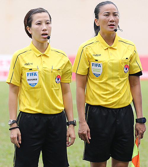 Referee Bui Thu Trang and assistant referee Truong Thu Le Trinh. Photo by VnExpress/Duc Dong.