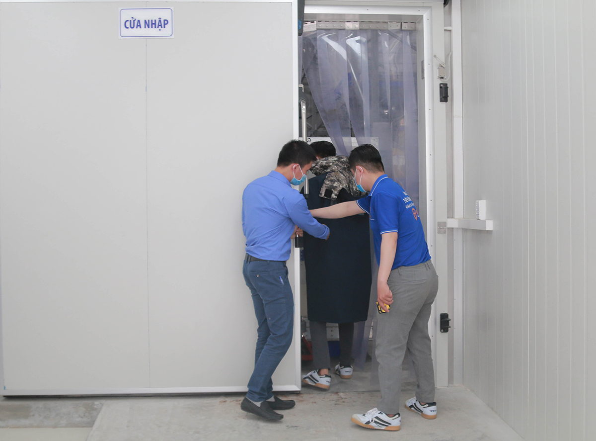 The door to a freezer of VNVC is opened to send in the vaccine. The 117,600 doses are the first batch of 30 million Covid-19 vaccine doses produced by British-Swedish firm AstraZeneca in collaboration with Oxford University that Vietnam has ordered to buy.