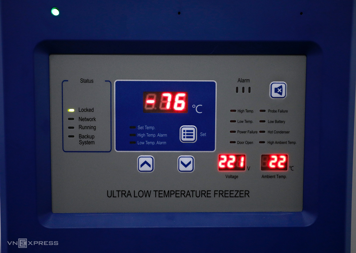 In all, VNVC has prepared 51 of such freezers where temperatures kept at minus 8 degrees. The company also has three super cold facilities in which temperatures range from minus 86 to minus 46 degrees Celcius should Vietnam imports other types of Covid-19 vaccines in the future. The company has put those facilities in HCMC, Da Nang and Hanoi. Its super-cold storage system is equipped with an GSM alarm system, a wireless security product and remote device control, and all cold and ultra-cold storage facilities are equipped with high-tech on-site and remote temperature monitoring systems.