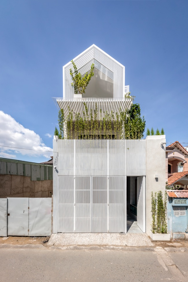 The idea of building the 117-meter-square house in Saigons Distr came to architects when there was a Covid-19 outbreak in Vietnam last year, so schools and entertainment venues were shut down. Homeowners want to have large spaces for their sons to play and relax when they must stay at home for days.