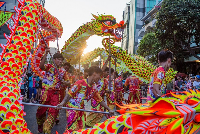 Dragon dance is performed by famous troupes in the Chinatown during Nguyen Tieu Festival, 2018. Photo by VnExpress/Thanh Nguyen.