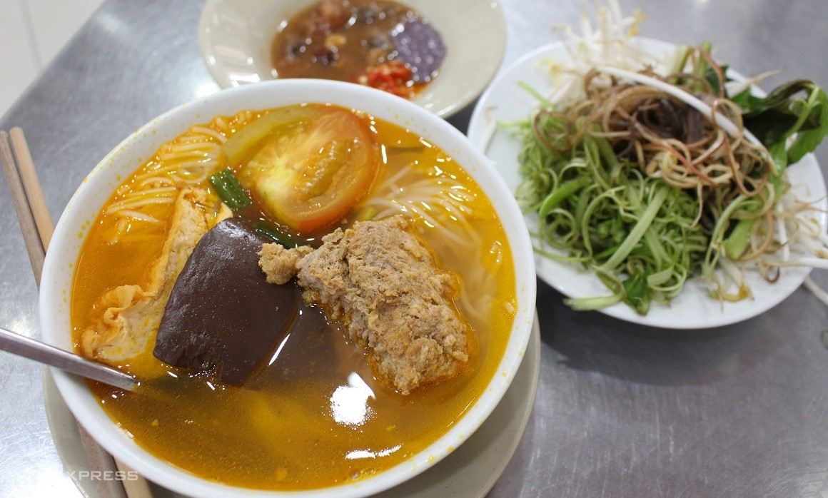 A bowl of crap noodle soup at Bun Rieu Ganh in Saigon. Photo by VnExpress/Huynh Nhi.