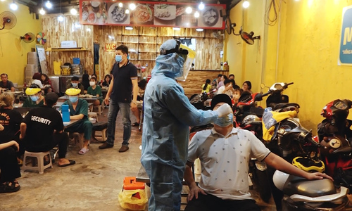 HCMC carries out random Covid-19 tests at restaurants
