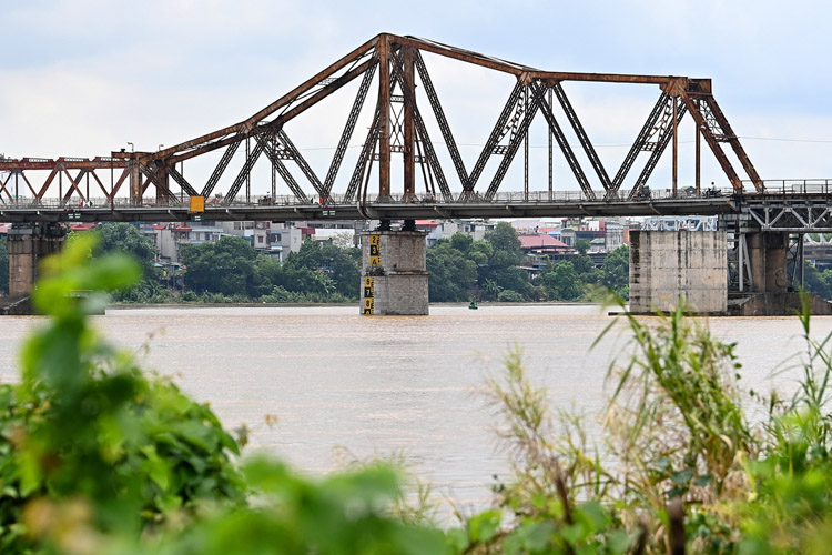 Red Rivers high water level was seen at Long Bien bridge, Hanoi, in August, 2020. Photo by VnExpress/Giang Huy.