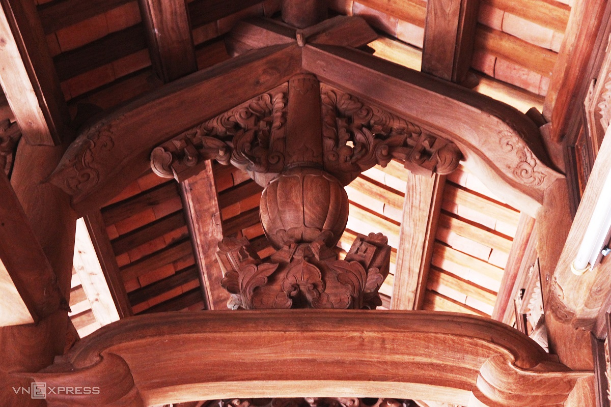 A pumpkin-shaped rafter carving in the middle of Mao's house signifies prosperity. All carvings and reliefs were skillfully produced by craftsmen from Van Ha carpentry village, Tam Thanh Commune of neighboring Phu Ninh District.