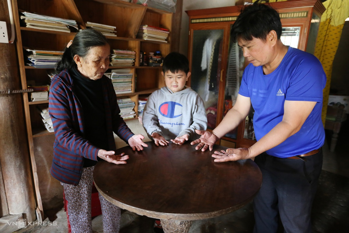 A mysterious auto rotating table made by Van Ha Village carpenters. Visitors can experience its magic quality by putting the back of the hands onto the 80 centimeter-in-diameter table then moving their body, turning their hands upside down or even telling the table to stop rotating.