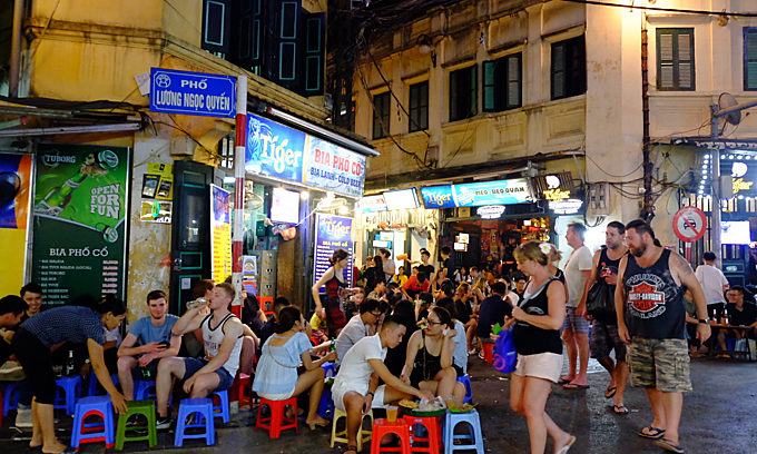 Foreign tourists enjoy beer and food at the intersection of Hanois Ta Hien and Luong Ngoc Quyen streets before the pandemic. Photo by VnExpress/Giang Huy