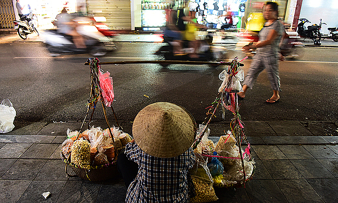 A street food vendor in Hanoi, October 2017. Photo by VnExprress/Giang Huy.