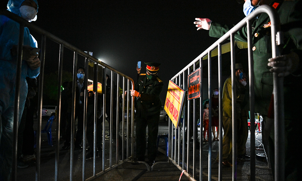 After 15 days of province-wide social distancing and 34 days of locking down in Chi Linh Town, nearly 1,000 checkpoints have been recently removed in early Wednesday morning.