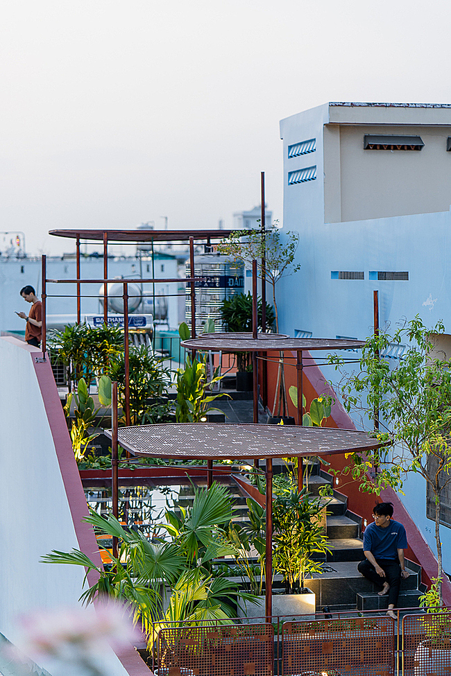 The garden space is also where homeowners can relax and watch the sunset after a long working day.