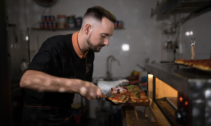 Italian chef surprised by Vietnamese dousing pizza with ketchup
