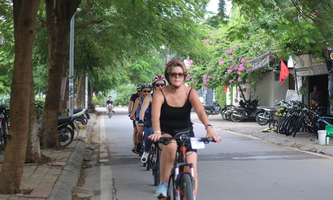 Hanoi questions three teens for sexual harassment of foreign women
