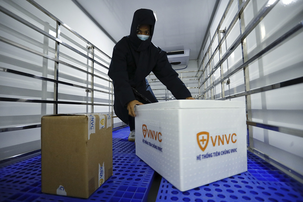 A package of vaccine is taken out of the styrofoam box. On the truck, the indoor unit system would stay ready before the vaccine enters. The entire cargo bed is made sure to meet all temperature standards as in the freezer. It has also met the GSP (good storage practice) and GDP (good medicine distribution practice) standards according to regulations of the Health Ministry.