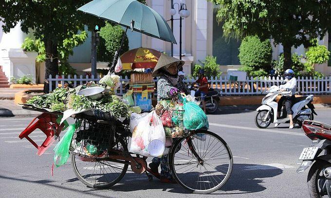 Female street vendors, scrap collectors receive Covid-19 assistance